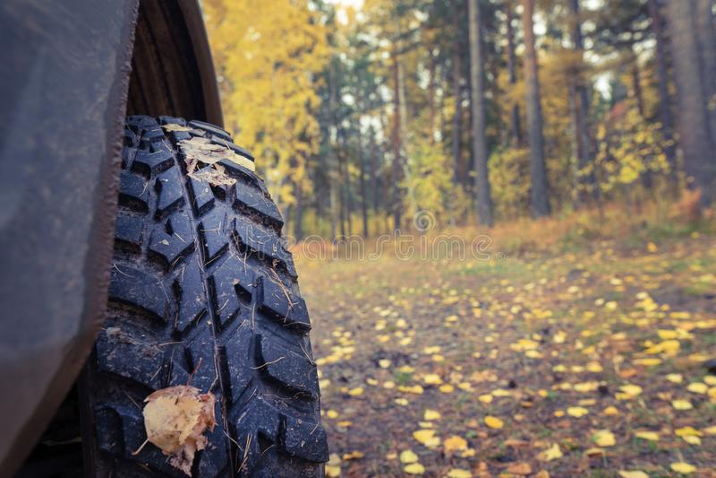 Pneus de boue, fond d'automne, voyage Fermez-vous, copiez l'espace photos stock
