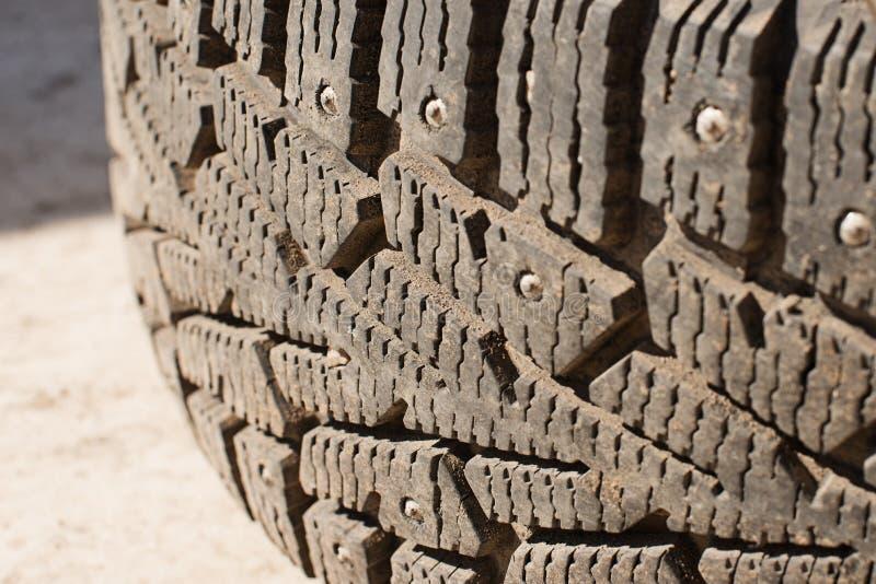 Pneus de carro com pontos e sujeira do inverno substituição das rodas antes da estação nova, fotografia de stock royalty free