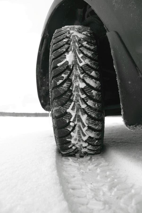 Pneus de l'hiver dans la neige photos stock