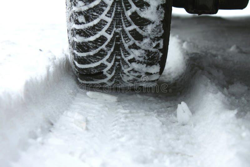 Pneus de l'hiver dans la neige images libres de droits