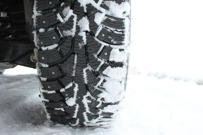 Pneus de neige cloutés en hiver images libres de droits