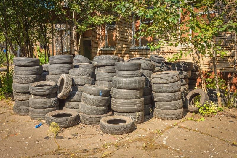 Pneus de voiture abandonnés images libres de droits