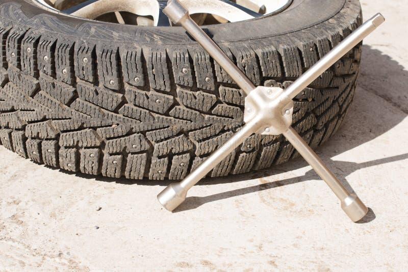Pneus de voiture avec les transitoires et la saleté d'hiver remplacement des roues avant la nouvelle saison, image libre de droits