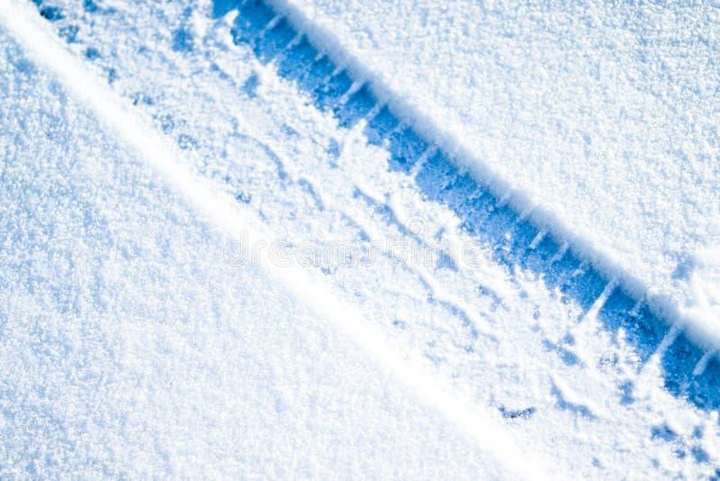 Pneus de voiture sur la route d'hiver images stock