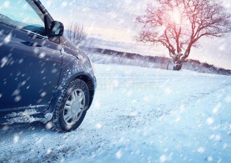 Pneus de voiture sur la route d'hiver image libre de droits