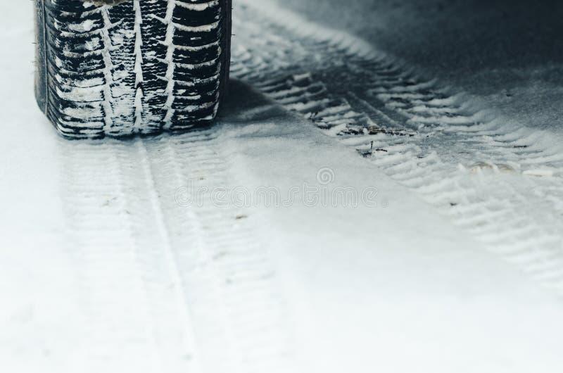 Pneus do inverno na neve fotos de stock