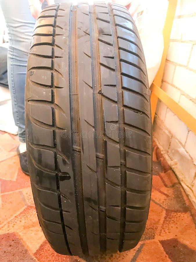 Pneus do verão, pneu com um passo cinzelado Substituindo as rodas para carros fotografia de stock