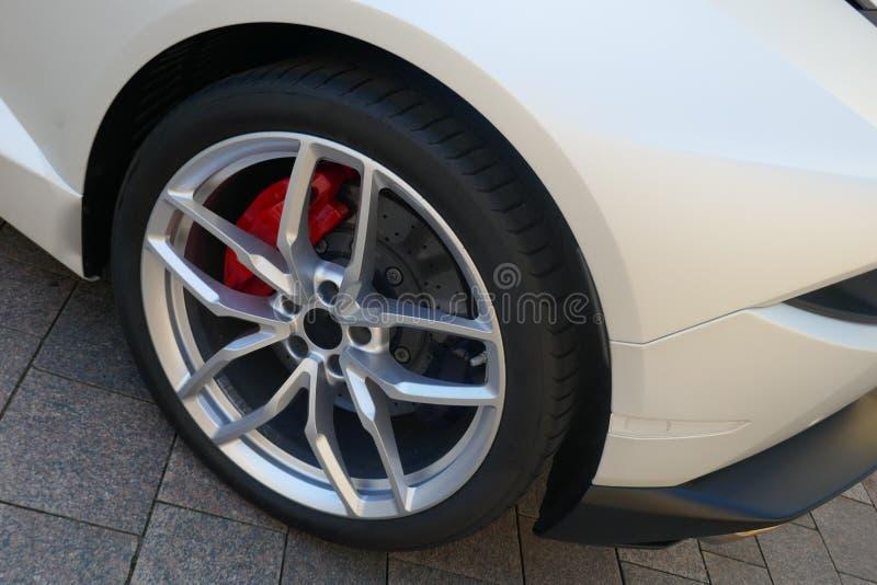 Pneus e bordas de um carro de esportes branco moderno Parte traseira do veículo, vista lateral fotos de stock