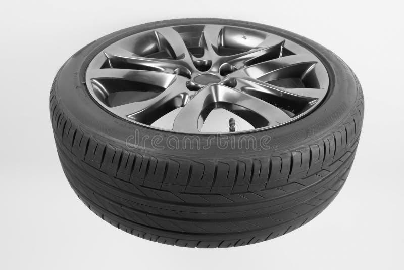 Pneus e rodas isolados para o carro em um fundo branco imagens de stock royalty free