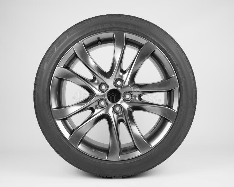 Pneus e rodas isolados para o carro em um fundo branco fotografia de stock