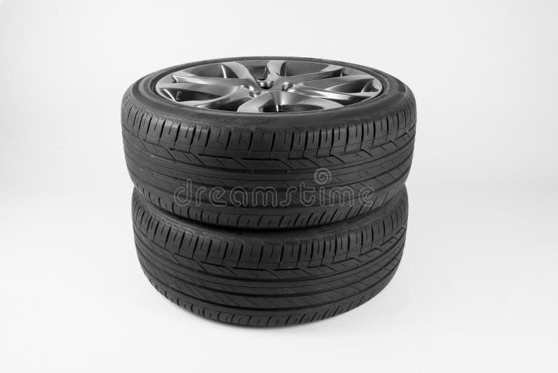 Pneus e rodas isolados para o carro em um fundo branco fotografia de stock royalty free