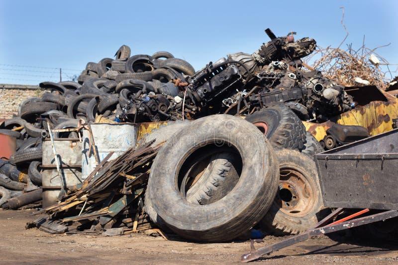 Pneus et déchets métalliques sur la pile image libre de droits