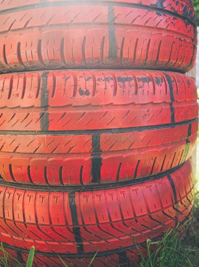 Pneus peints dans le jardin photographie stock libre de droits