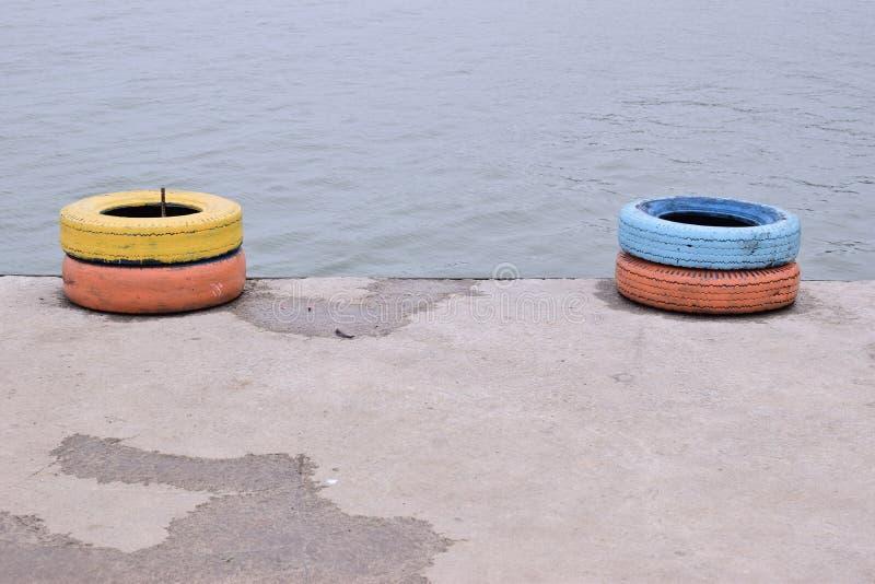 Pneus pour le bateau sur la plage image libre de droits