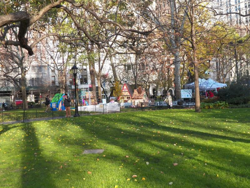 PNF-acima em tamanho natural das casas de pão-de-espécie em Madison Square Park fotografia de stock royalty free
