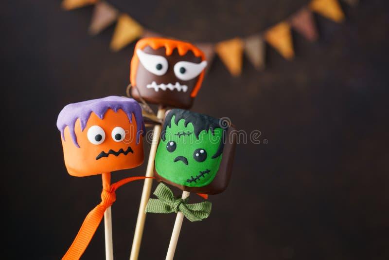 PNF do bolo de Dia das Bruxas e marshmallow do chocolate com caras engraçadas fotografia de stock royalty free