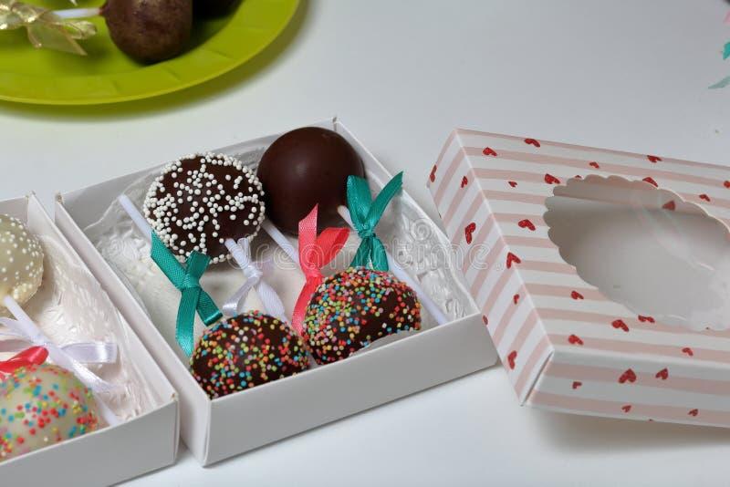 PNF do bolo decorados com uma curva da tran?a, embalada em uma caixa de presente foto de stock royalty free