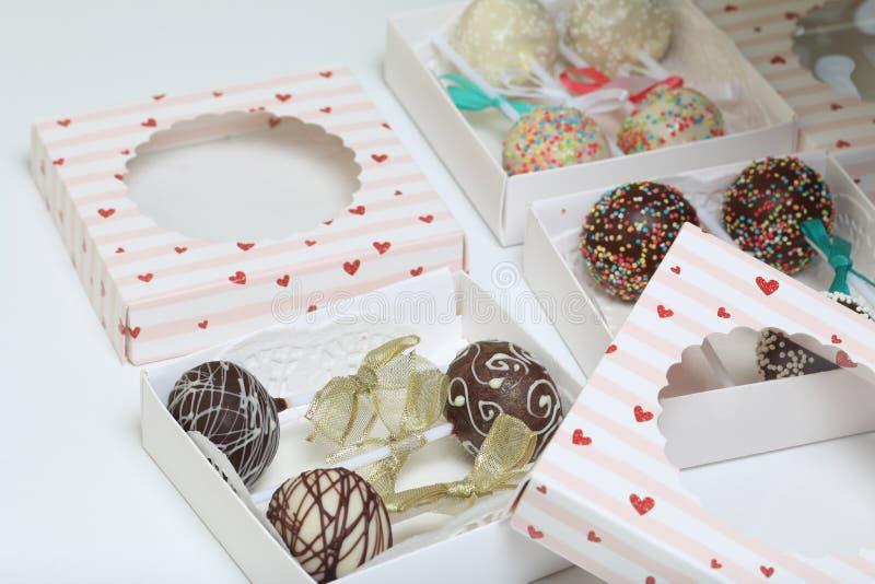 PNF do bolo decorados com uma curva da tran?a, embalada em uma caixa de presente imagens de stock