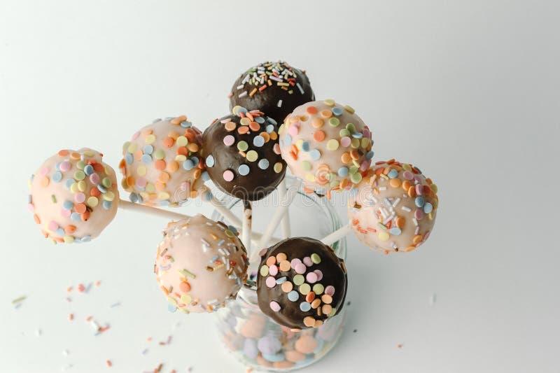 PNF do bolo do rosa e de chocolate isolados imagens de stock royalty free