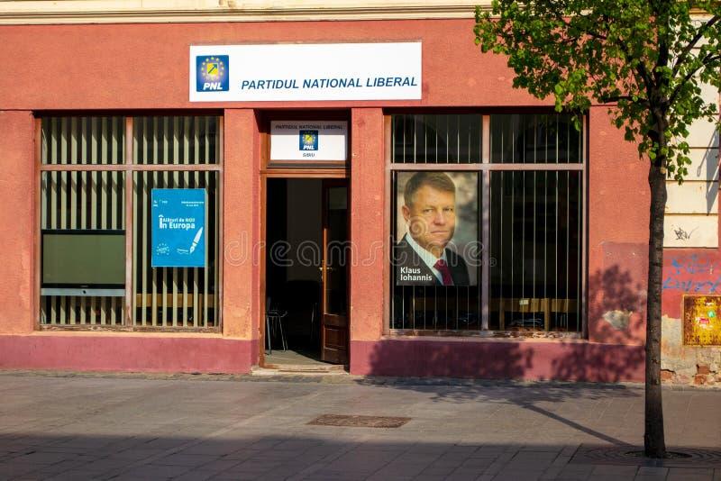 PNL党Partidul全国自由主义者,自由国民党本地办事处,有克劳斯沃纳Iohannis的图片的在窗口里 库存图片