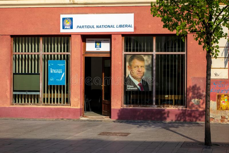 PNL-Nationaal Liberaal, Nationaal de Liberale Partij lokaal bureau van Partijpartidul, met een beeld van Klaus Werner Iohannis in stock afbeeldingen