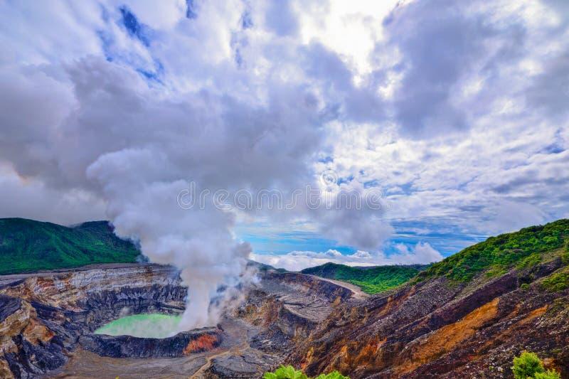 PoÃ-¡ s Vulkankrater mit Schwefeldampf bewölkt sich lizenzfreies stockfoto