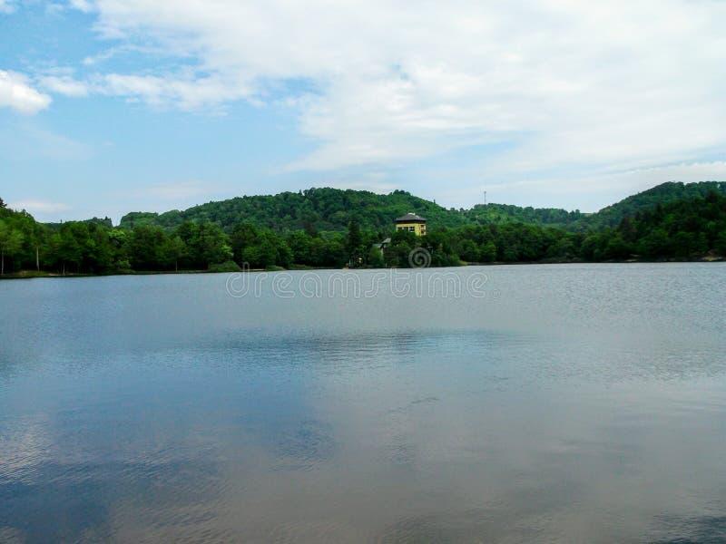 PoÄ Ãºvadlianske sjön lokaliseras i närheten av tiavnicaen för Banskà ¡Å av den Sitno kullen på en höjd av 600 meter royaltyfri fotografi