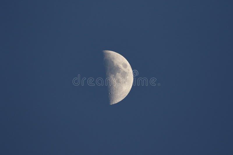 Połówka księżyc, gdy słońce ustawia zdjęcia stock