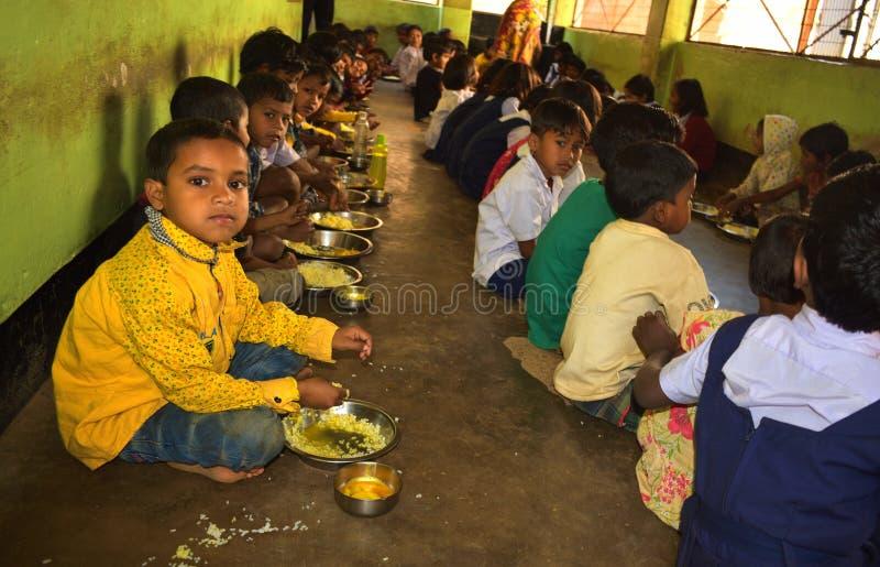Południe posiłku program, rzędu hinduskiego incjatywa, biega w szkole podstawowej Ucznie biorą ich posiłek obrazy stock