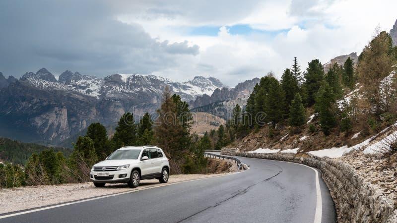 Południowy Tyrol Włochy, Maj, - 03 2018: Podróż samochodem na halnej serpentynie niebieska spowodowana pola pełne się chmura dzie zdjęcia stock