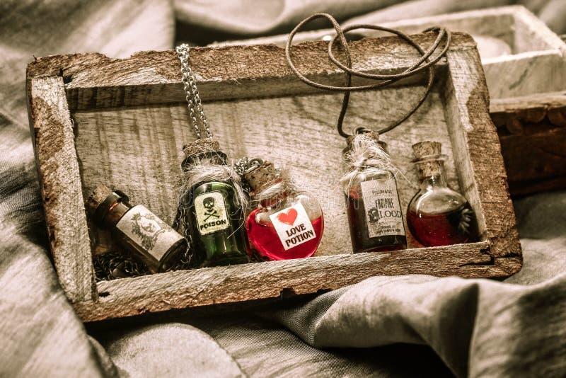 Poção das bruxas nas embarcações de vidro vintage fotografia de stock