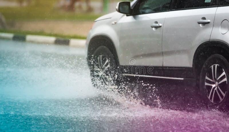 Poça da chuva do carro que espirra a água fotos de stock
