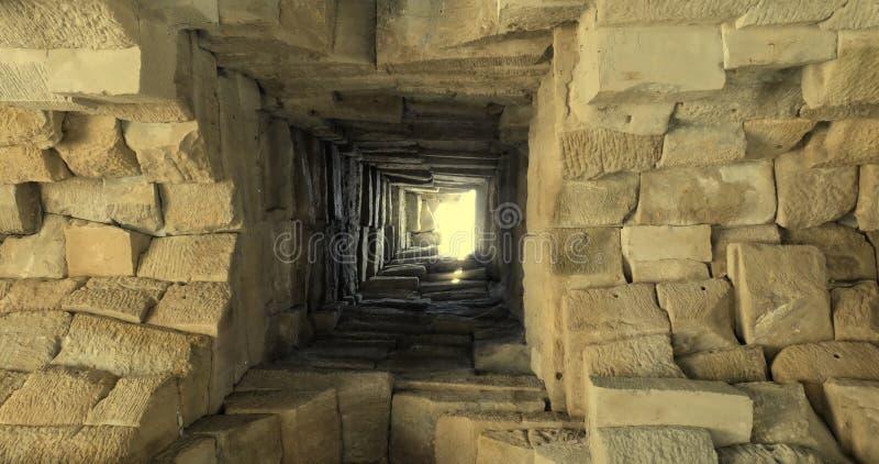 Poço antigo profundo masonry Luz na extremidade do t?nel Fundo fotos de stock