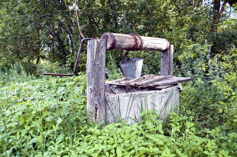 Poço de água velho do campo imagem de stock royalty free