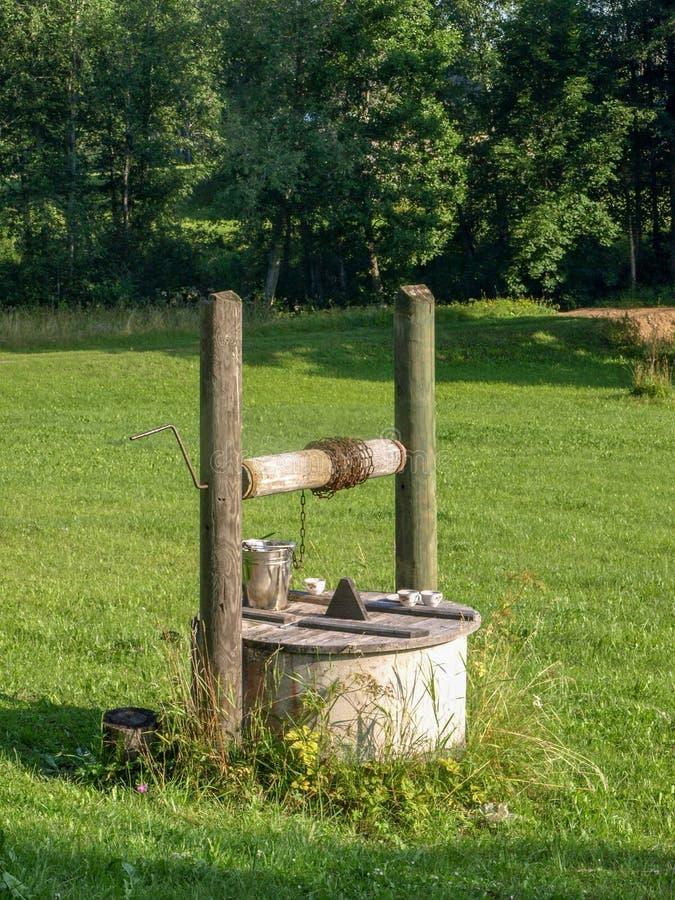 Poço de madeira bonito, casa de madeira muito velha, imagens de stock