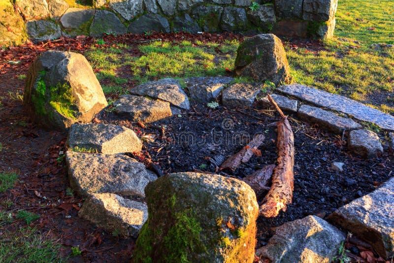 Poço de pedra do fogo com os rockes cobertos ao redor no musgo foto de stock