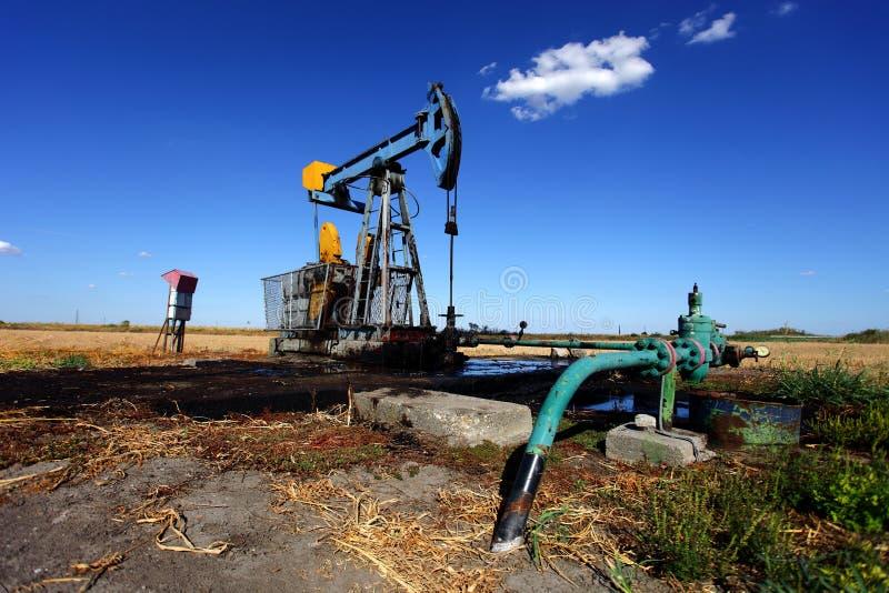 Poço de petróleo no campo imagens de stock