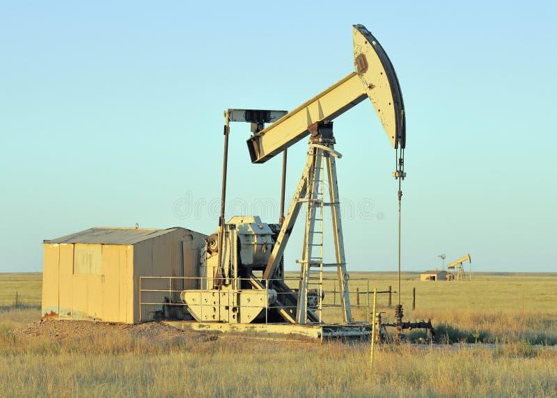 Poço de petróleo no crepúsculo imagem de stock royalty free