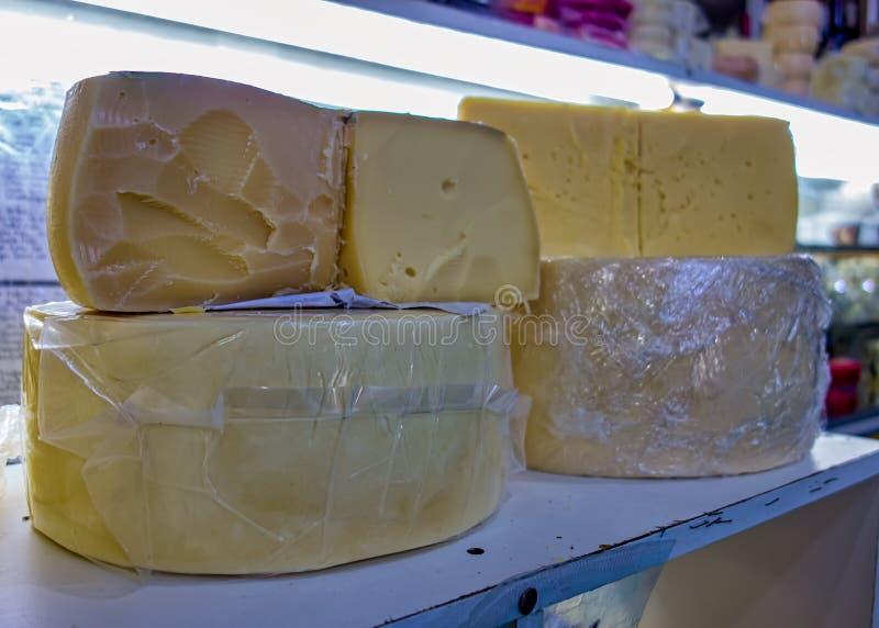 Poços de Caldas, Minas Gerais - Brasilien Handgjord ost, aka Queijo meia-cura, i stadens populära kommunala marknad royaltyfri foto