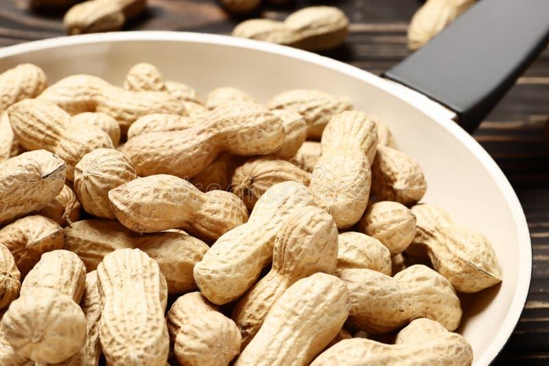 Poêle avec les arachides rôties image libre de droits