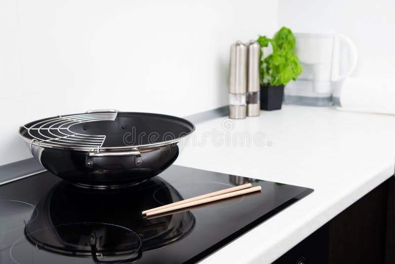 Poêle et bâtons dans la cuisine moderne photographie stock libre de droits