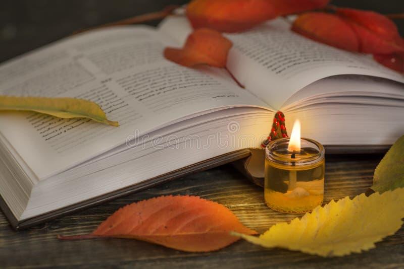 Poëzie open boek met kaars stock afbeeldingen