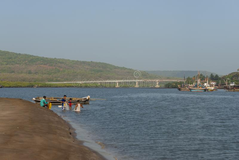 połów aktywność przy Anjarle plażą w ratnagiri okręgu, maharashtra, India zdjęcia royalty free