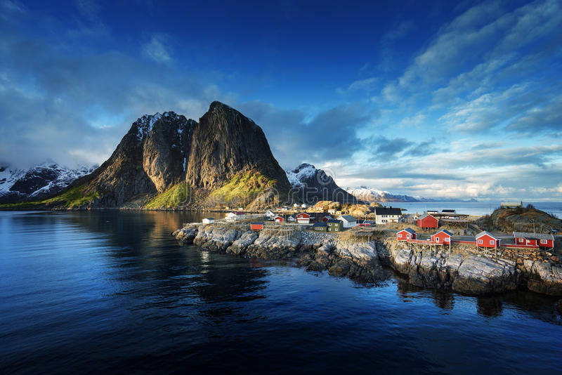 Połów buda przy wiosna zmierzchem - Reine, Lofoten wyspy, Norwegia fotografia stock