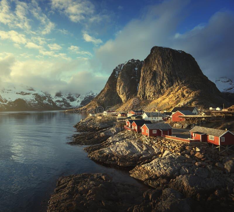 Połów buda przy wiosna zmierzchem - Reine, Lofoten wyspy, Norwegia zdjęcie stock