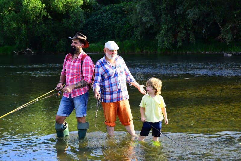Połów zostać popularnym rekreacyjnym aktywnością Lato weekend Lata rybaka używa komarnica połowu prącie w rzece fotografia royalty free