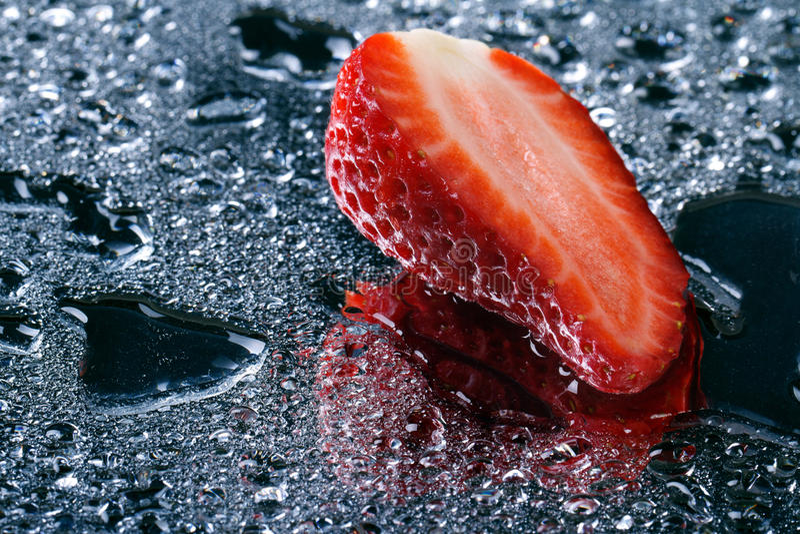 Połówka świeże truskawki z wodnymi kroplami obraz stock