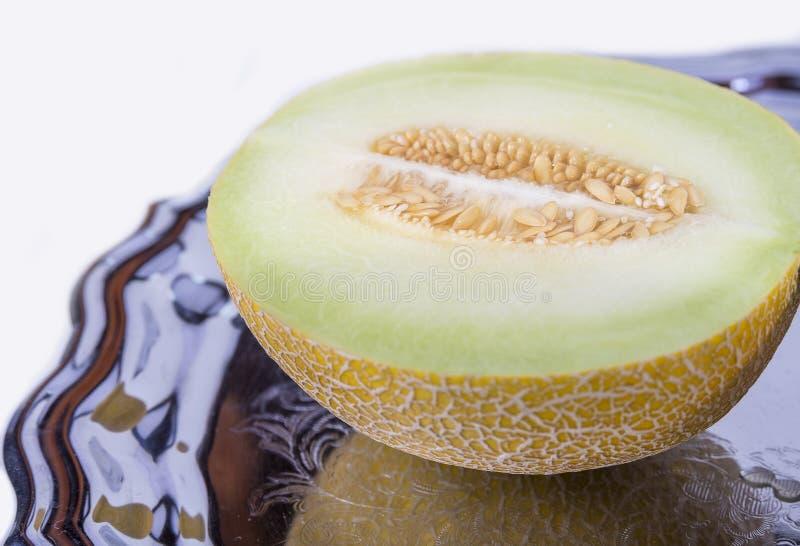 Połówka żółty melon lub kantalup na starej tacy w zbliżeniu zdjęcia royalty free