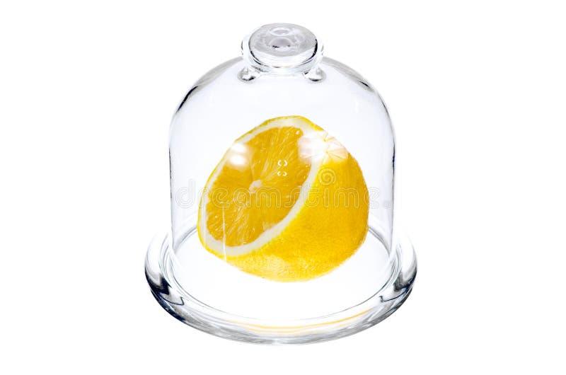 Połówka cytryny w szklanej kolbie obraz stock