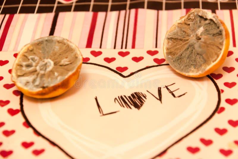 Połówka dwa pleśniał cytryny z miłością i sercami zdjęcia royalty free